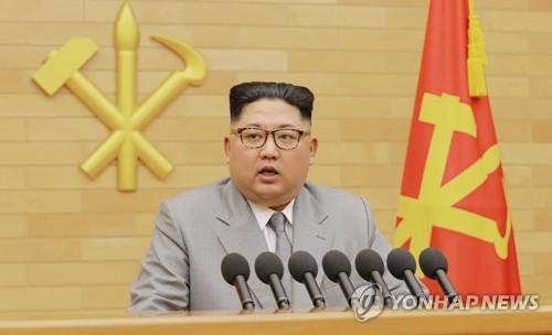 La imagen, capturada, el 1 de enero de 2018, de la televisión estatal de Corea del Norte, muestra al líder norcoreano, Kim Jon-un, pronunciando su discurso de Año Nuevo. (Uso exclusivo dentro de Corea del Sur. Prohibida su distribución parcial o total)