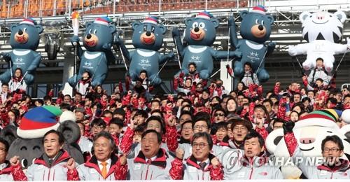 Los miembros del POCOG y KSOC posan ante la cámara, el 3 de enero de 2018, durante una reunión por el comienzo del Año Nuevo en el Estadio Olímpico de PyeongChang.