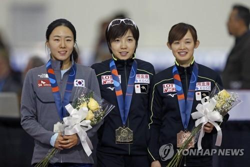 Lee Sang-hwa (1ª por la izda.), medalla de plata en la Copa del Mundo de Patinaje de Velocidad de la ISU, posa junto con Nao Kodaira (centro), ganadora de la competición en la modalidad de 500 metros, celebrada, el 9 de diciembre de 2017 (hora local), en Salt Lake City, Utah, Estados Unidos. (Foto de archivo) (AP-Yonhap)