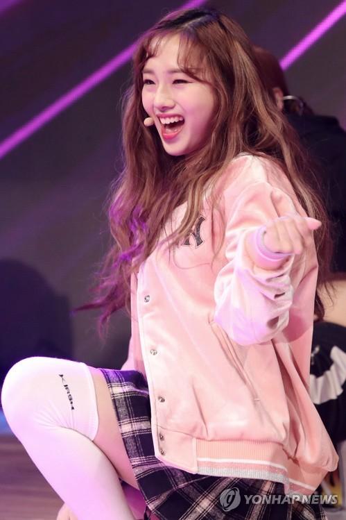 """La cantante de K-pop Kriesha Chu actúa ante los medios de comunicación durante la presentación de su nuevo """"maxi-single"""", """"Dream of Paradise"""" (Sueño del Paraíso), realizada, el 3 de enero de 2018, en la Ilji Art Hall de Seúl."""