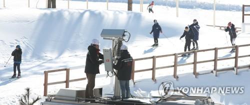 El 31 de diciembre de 2017, los trabajadores del segundo operador de telefonía móvil de Corea del Sur, KT Corp., inspeccionan las instalaciones de comunicación en PyeongChang, a unos 180 kilómetros al este de Seúl. (Foto de archivo)