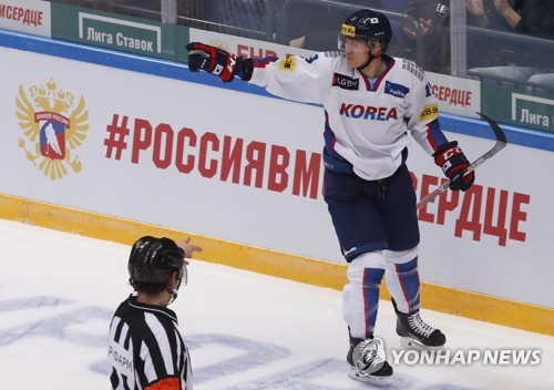 El delantero Kim Sang-wook celebra su gol contra Canadá, el 13 de diciembre de 2017, durante un partido de la Copa Channel One, en Rusia. (Foto de arhivo de Reuters)