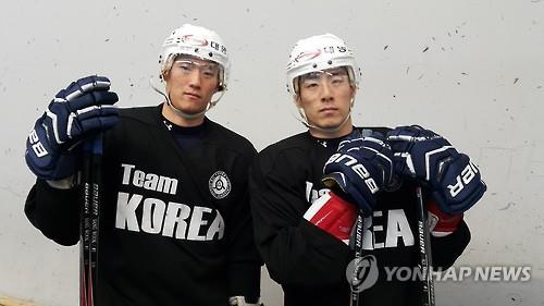 En la imagen de archivo se muestra a los hermanos Kim Sang-wook (izda.) y Kim Ki-sung. (Foto cortesía de la Asociación de Hockey sobre Hielo de Corea del Sur)