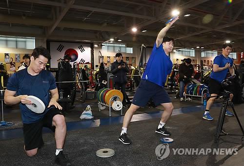 """El equipo masculino de """"hockey"""" de Corea del Sur entrena durante una jornada de puertas abiertas, celebrada, el 10 de enero de 2018, en el Centro Nacional de Entrenamiento en Jincheon, en la provincia de Chungcheong del Norte."""