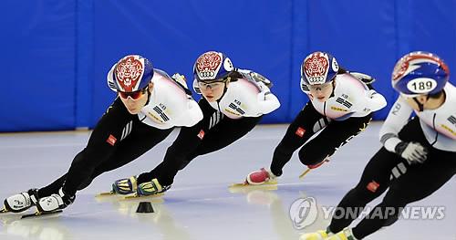 El equipo de patinaje de velocidad sobre pista corta de Corea del Sur entrena durante una jornada de puertas abiertas, celebrada, el 10 de enero de 2018, en el Centro Nacional de Entrenamiento en Jincheon, en la provincia de Chungcheong del Norte.