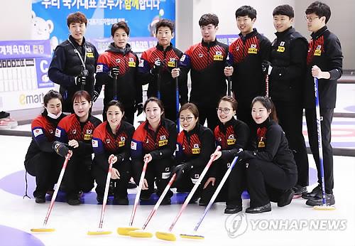 Los equipos femenino y masculino de curling de Corea del Sur posan para una foto en un evento mediático en el Centro Nacional de Entrenamiento en Jincheon, el 10 de enero de 2018.