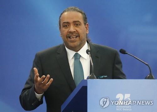 Ahmad Al Fahad Al Sabah, jefe del Consejo Olímpico de Asia (OCA, según sus siglas en inglés), habla en la 45ª Asamblea General de los Comités Olímpicos Europeos en Minsk, Bielorrusia, el 21 de octubre de 2016. (EPA-Yonhap) (Foto de archivo).