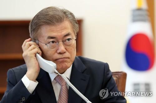 El 11 de mayo de 2017, el nuevo presidente de Corea del Sur, Moon Jae-in, recibe una llamada telefónica de su homólogo chino, Xi Jinping, en la Oficina del Presidente, Cheong Wa Dae, para felicitar su victoria en las elecciones presidenciales del 9 de mayo. (Foto de archivo)