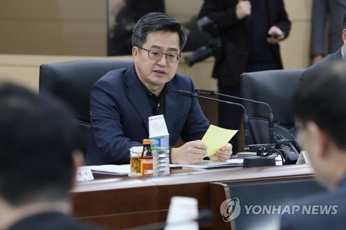 El ministro de Estrategia y Finanzas Kim Dong-yeon preside una reunión económica el 12 de enero de 2018 en el complejo gubernamental en el centro de Seúl
