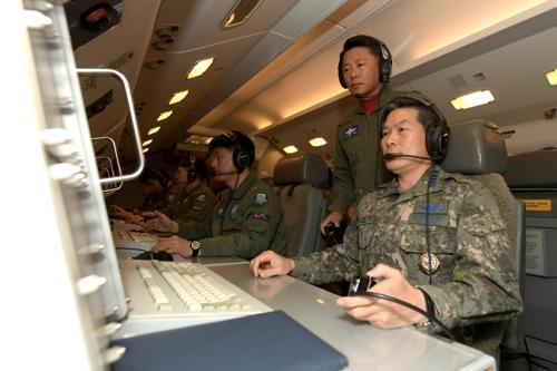 El 30 de diciembre del 2017, Jeong Kyeong-doo, jefe del Estado Mayor Conjunto (JCS, según sus siglas en inglés), a bordo del avión del sistema de alerta temprana y control aerotransportado E-737 Peace Eye. (Foto proporcionada por el JCS) (Foto de archivo)