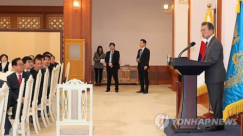El presidente, Moon Jae-in (dcha.), habla en una reunión con ejecutivos y empresarios de pequeñas y medianas empresas celebrada en su oficina, Cheong Wa Dae, en Seúl, el 16 de enero de 2018.