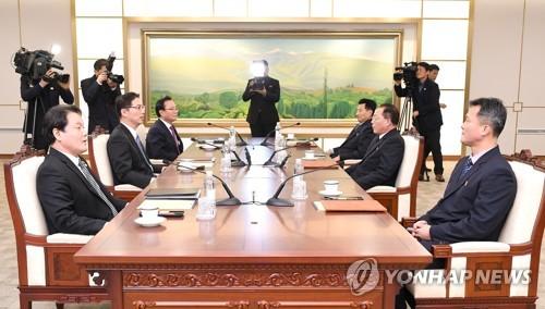 La delegación surcoreana (izda.) habla con su homóloga norcoreana, el 17 de enero de 2018, en la aldea de la tregua de Panmunjom, para discutir sobre la participación norcoreana en los Juegos Olímpicos de Invierno de PyeongChang, que tendrán lugar, del 9 al 25 de febrero, en Corea del Sur. (Foto cortesía del Ministerio de Unificación de Corea del Sur)