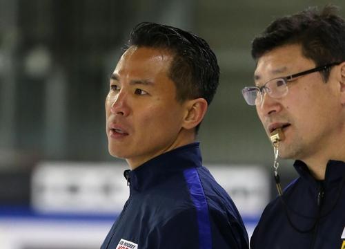 """Esta foto de archivo, proporcionada por la  Asociación de Hockey sobre Hielo de Corea del Sur (KIHA, según sus siglas en inglés), muestra al entrenador asistente del equipo nacional de """"hockey"""" masculino de Corea del Sur, Richard Park (izda.), hablando con el entrenador jefe, Jim Paek, en un entrenamiento."""