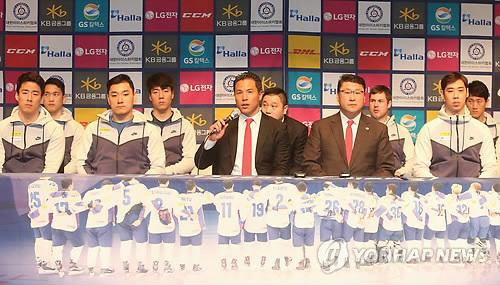 """Richard Park (1ª fila centro), entrenador asistente del equipo de """"hockey"""" masculino de Corea del Sur, habla, el 22 de enero de 2018, durante una conferencia de prensa en el Centro Nacional de Entrenamiento de Jincheon, en la provincia surcoreana de Chungcheong del Norte."""
