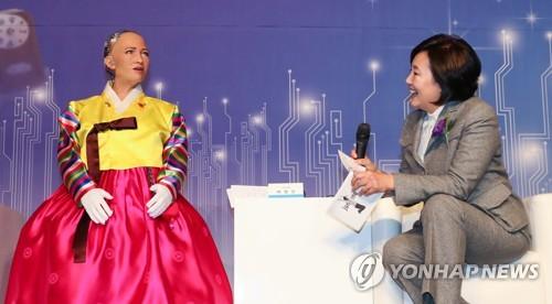 Sophia (izda.), el primer robot con inteligencia artificial (AI, según sus siglas en inglés) del mundo en tener la ciudadanía mantiene una conversación con la representante política Park Young-sun en un foro en Seúl, el 30 de enero de 2018.