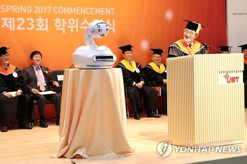 MERO-3, un robot mecánico emocional desarrollado por el Instituto de Ciencia y Tecnología de Corea del Sur (KIST, según sus siglas en inglés), ofrece un discurso congratulatorio a los estudiantes que se gradúan de la Universidad de Ciencia y Tecnología (UST) en Daejeon, a unos 164 kilómetros en el sur de Seúl, el 17 de febrero de 2017. (Foto cortesía de la UST) (Foto de archivo)