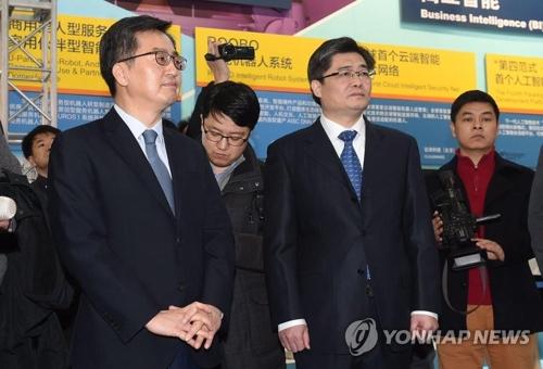 El ministro de Finanzas, Kim Dong-yeon (izda.), visita una zona tecnológica, el 2 de febrero de 2018, en Zhongguancun, en Pekín, China. (Foto cortesía del Ministerio de Estrategia y Finanzas)