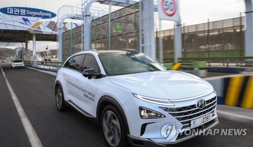 Esta foto, proporcionada por el principal fabricante de coches de Corea del Sur, Hyundai Motor Co., muestra uno de sus vehículos autónomos pasando por una estación de peaje después de realizar una exitosa prueba de conducción autónoma en la autopista de 190 kilómetros de Seúl a PyeongChang, el 2 de febrero de 2018.