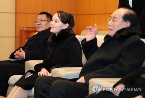 Kim Yo-jong (centro), hermana menor del líder norcoreano, y Kim Yong-nam (dcha.), jefe de Estado ceremonial de Corea del Norte, llegan a Corea del Sur, el 9 de febrero de 2018, como delegados de alto nivel del Norte para los JJ. OO. Invernales de PyeongChang.
