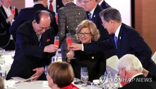 El presidente surcoreano, Moon Jae-in (dcha.) brinda con el jefe de Estado ceremonial de Corea del Norte, Kim Yong-nam, en una recepción celebrada en Yongpyeong, a unos 200 kilómetros al este de Seúl, justo antes de la inauguración de los Juegos Olímpicos de Invierno de PyeongChang, el 9 de febrero de 2018 .