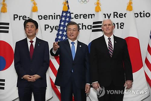 El presidente surcoreano, Moon Jae-in (centro), posa para una foto con el vicepresidente estadounidense, Mike Pence (dcha.), y el primer ministro japonés, Shinzo Abe, en una recepción celebrada en Yongpyeong, a unos 200 kilómetros al este de Seúl, antes de la inauguración de los Juegos Olímpicos de Invierno PyeongChang, el 9 de febrero de 2018.