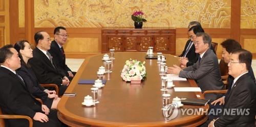 El 10 de febrero de 2018, el presidente surcoreano, Moon Jae-in (tercero por la dcha.), habla con la delegación de alto nivel de Corea del Norte para los Juegos Olímpicos de Invierno de PyeongChang 2018, durante una reunión celebrada en la oficina presidencial, Cheong Wa Dae, en Seúl.