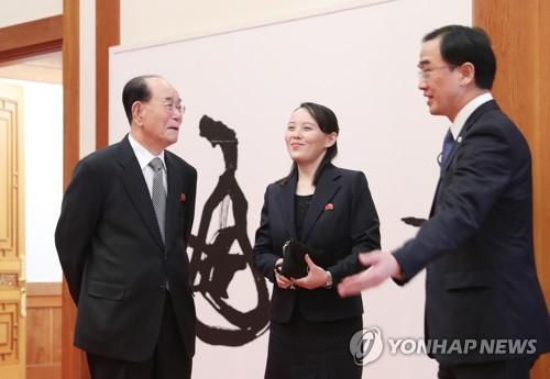El ministro de Unificación de Corea del Sur, Cho Myoung-gyon (dcha.), conversa, el 10 de febrero de 2018, con Kim Yong-nam, jefe de Estado ceremonial de Corea del Norte, y Kim Yo-jong, la hermana menor del líder norcoreano Kim Jong-un, en la Oficina del Presidente, en Seúl.