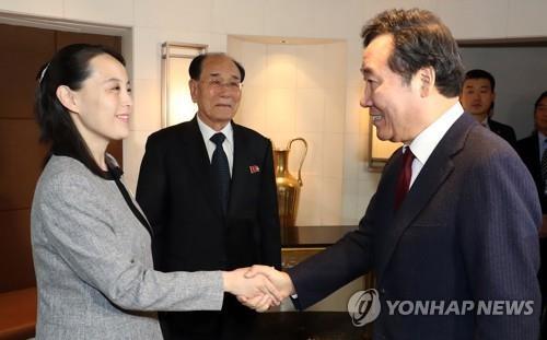 El primer ministro, Lee Nak-yon (dcha.), estrecha la mano de Kim Yo-jong, la hermana menor del líder norcoreano, Kim Jong-un, durante una reunión de almuerzo celebrada, el 11 de febrero de 2018, en Seúl.
