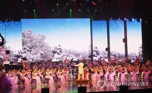 La troupe artística de Corea del Norte actúa, el 8 de febrero del 2018, en el Centro de Bellas Artes de Gangneung, una ciudad que alberga parte de las Olimpiadas Invernales de PyeongChang 2018. (Foto del cuerpo de prensa conjunto)