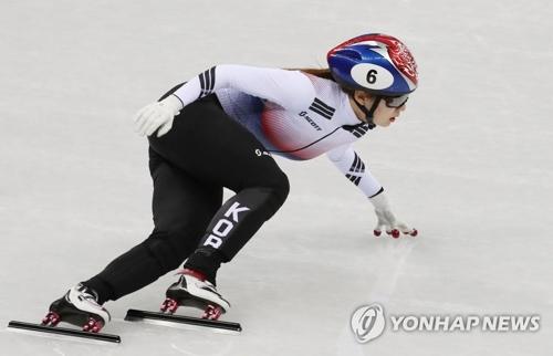La surcoreana Choi Min-jeong participa en la competición de 500 metros femeninos de patinaje de velocidad en pista corta, disputada, el 10 de febrero del 2018, en el Ice Arena de Gangneung, a 230 kilómetros al este de Seúl.