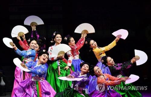 """La actuación """"Jeongseon Arirang"""" se realiza como parte de la Olimpiada Cultural de los Juegos Olímpicos de Invierno de PyeongChang 2018 en el Centro Arirang en Jeongseon, provincia de Gangwon, el 10 de febrero de 2018."""