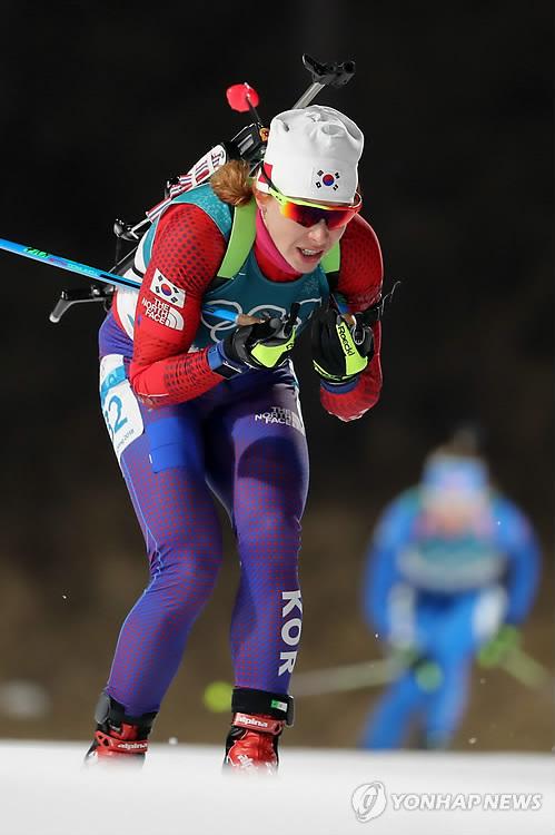La atelta surcoreana de biatlón, Anna Frolina, inicia la final de la prueba femenina de 10 km de persecución durante los Juegos Olímpicos de Invierno de PyeongChang en el Centro Alpensia de Biatlón, en PyeongChang, el 12 de febrero de 2018.