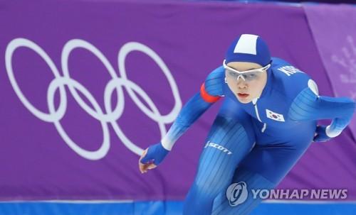 La patinadora de velocidad surcoreana Noh Seon-yeong compite en los 1.500 metros femeninos en los Juegos Olímpicos de Invierno de PyeongChang, en el Oval de Gangneung, a 240 kilómetros al este de Seúl, el 12 de febrero de 2018.