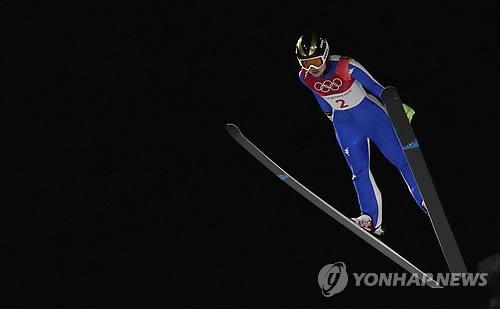 La saltadora de esquí surcoreana Park Guy-lim vuela durante la ronda clasificatoria de la prueba femenina de trampolín normal de saltos de esquí, disputada, el 12 de febrero de 2018, en el Centro Alpensia de Saltos de Esquí de los Juegos Olímpicos de PyeongChang, en la provincia de Gangwon.