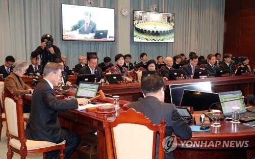 El 13 de febrero del 2018, el presidente Moon Jae-in preside una reunión del Gabinete por vídeo desde su oficina presidencial en Seúl.
