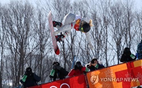 La estadounidense Chloe Kim compite en la ronda final de medio-tubo femenino de las Olimpiadas Invernales de PyeongChang, disputada, el 13 de febrero de 2018, en el Parque de Nieve Phoenix, en la provincia de Gangwon.