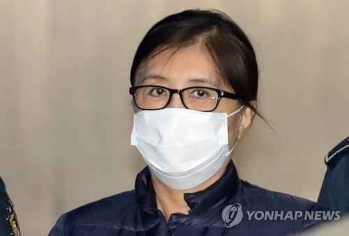 En esta imagen se muestra a Choi Soon-sil, amiga de la expresidenta Park Geun-hye, entrando en el Tribunal del Distrito Central de Seúl para asistir a su juicio por corrupción. (Foto de archivo)