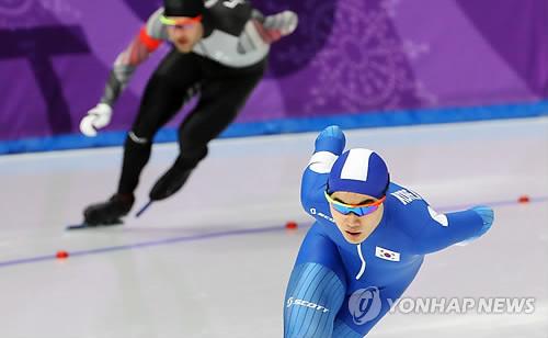 El patinador de velocidad surcoreano Kim Min-seok compite durante la carrera masculina de 1.500 metros celebrada, el 13 de febrero de 2018, en el Oval de Gangneung, a unos 240 kilómetros al este de Seúl.