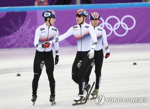 De izquierda a derecha: Hwang Dae-heon, Kim Do-kyoum y Kwak Yoon-gy, se animan entre ellos tras terminar la prueba de relevos masculinos sobre 5.000 metros de patinaje de velocidad en pista corta, en el Ice Arena de Gangneung, a unos 240 kilómetros al este de Seúl, el 13 de febrero de 2018.