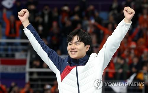 El patinador de velocidad surcoreano Kim Min-seok celebra la medalla de bronce en los 1.500 metros masculinos en el Oval de Gangneung, a unos 240 kilómetros al este de Seúl, durante las Olimpiadas de Invierno de PyeongChang, el 13 de febrero de 2018.