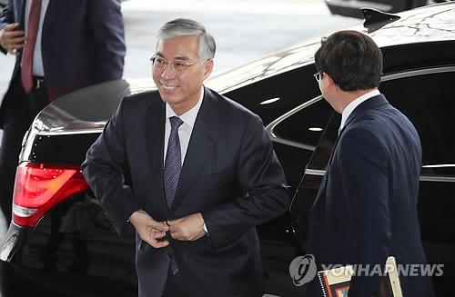El embajador de China ante Corea del Sur, Qiu Guohong, llega al edificio del Ministerio de Unificación para una reunión con el viceministro, Chun Hae-sung, el 14 de febrero de 2018.