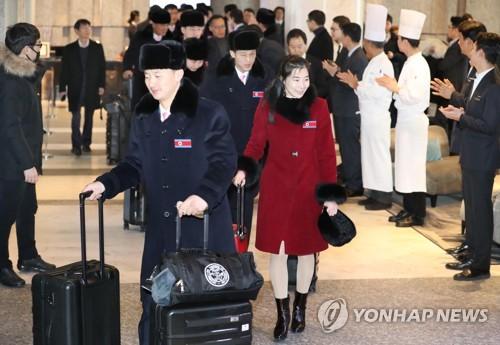 El equipo de taekwondo de Corea del Norte deja su hotel en Seúl para regresar a su hogar, el 15 de febrero de 2018.