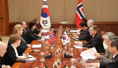 El presidente de Corea del Sur, Moon Jae-in (tercero por la dcha.), y la primera ministra de Noruega, Erna Solber (tercera por la izda.), celebran una cumbre, el 15 de febrero de 2018, en Cheong Wa Dae.