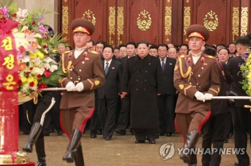 El líder norcoreano, Kim Jong-un (centro), visita el Palacio del Sol de Kumsusan en Pyongyang, el 16 de febrero de 2018, para celebrar el aniversario del nacimiento de su difunto padre, Kim Jong-il. (Uso exclusivo dentro de Corea del Sur. Prohibida su distribución parcial o total)