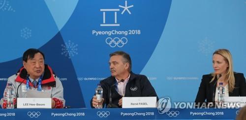 Rene Fasel (centro), presidente de la Federación Internacional de Hockey sobre Hielo, asiste a una conferencia de prensa sobre el torneo femenino durante los Juegos Olímpicos de Invierno de PyeongChang en el Centro de Hockey de Gangneung, el 19 de febrero de 2018. A su lado están Lee Hee-beom, jefe del comité organizador olímpico, y Zsuzsanna Kolbenheyer, presidenta del torneo femenino.
