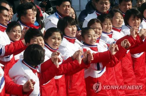 La foto de archvo muestra al equipo de animadoras norcoreanas.