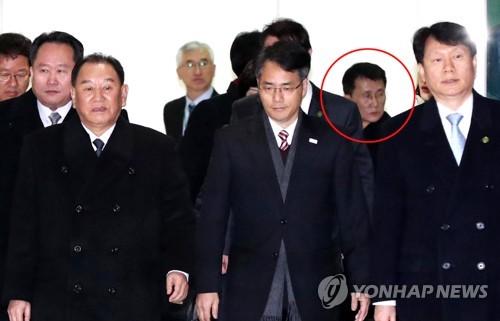 La fotografía, tomada el 25 de febrero de 2018, muestra a la delegación norcoreana de alto rango para la ceremonia de clausura de los JJ. OO. Invernales de PyeongChang, llegando al puesto de control fronterizo en Corea del Sur. Choe Kang-ilm (con un círculo rojo), un diplomático norcoreano de alto rango a cargo de los asuntos relacionados con Estados Unidos, figura en la delegación. (Foto del cuerpo de prensa)