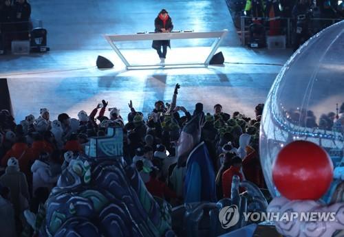 Los atletas disfrutan de un espectáculo de música electrónica de baile (EDM, según sus siglas en inglés), efectuado por la estrella del EDM neerlandés Martin Garrix, durante la ceremonia de clausura de los Juegos Olímpicos de Invierno de PyeongChang, celebrada, el 25 de febrero de 2018, en el Estadio Olímpico de PyeongChang, al este de Seúl.