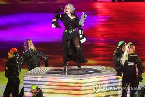La cantante de hip-hop surcoreana CL actúa durante la ceremonia de clausura de las Olimpiadas de Invierno de PyeongChang, celebrada, el 25 de febrero de 2018, en el Estadio Olímpico de PyeongChang, al este de Seúl.