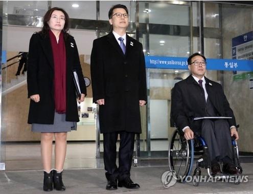 La delegación surcoreana para los diálogos intercoreanos sobre la participación norcoreana en los JJ. PP. de Invierno de PyeongChang, que está encabezada por Lee Joo-tae (centro), posa, el 27 de febrero de 2018, antes de partir a la DMZ.